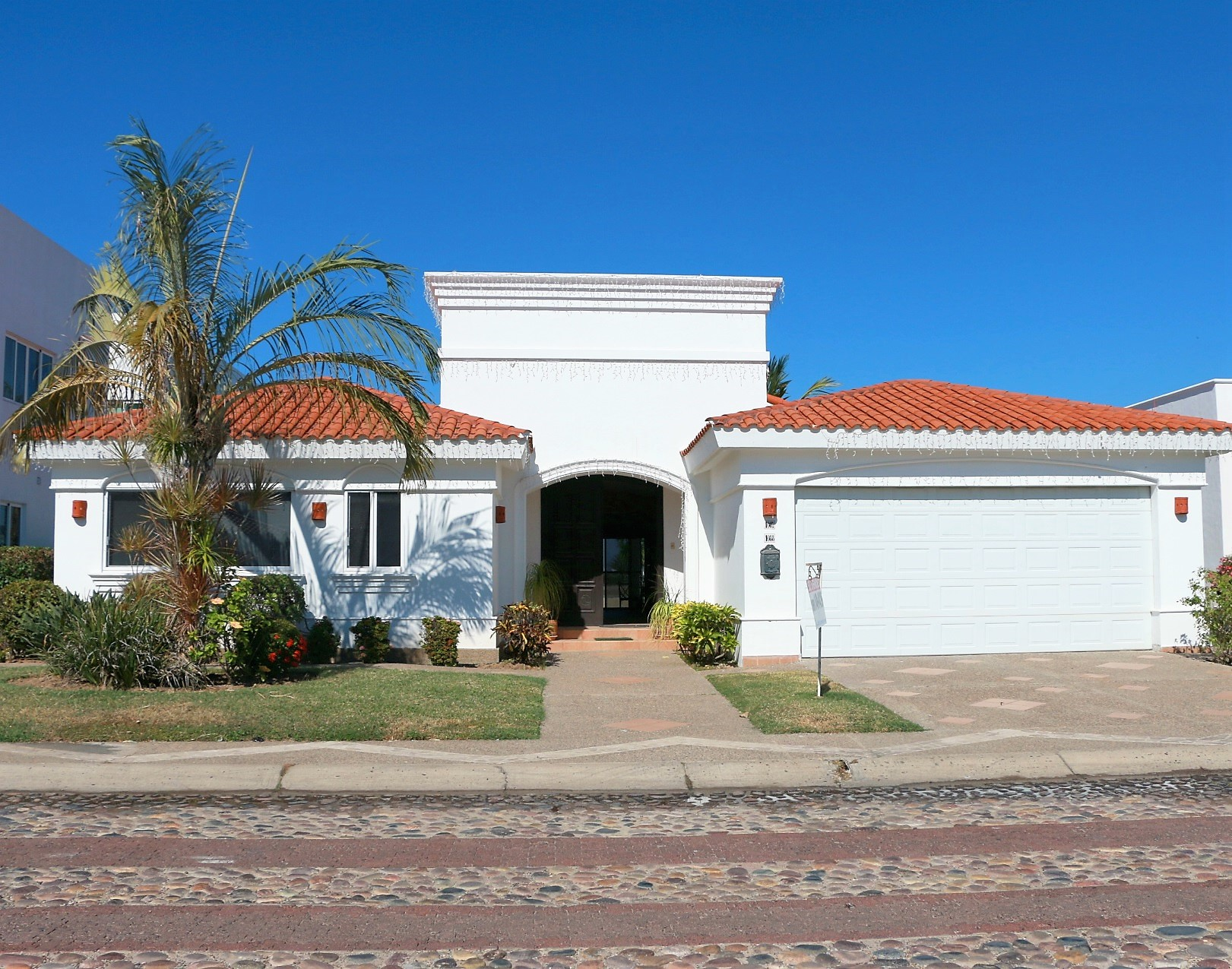 Large residence with two lots in Marina El Cid